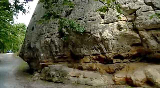 Скала в основании замка