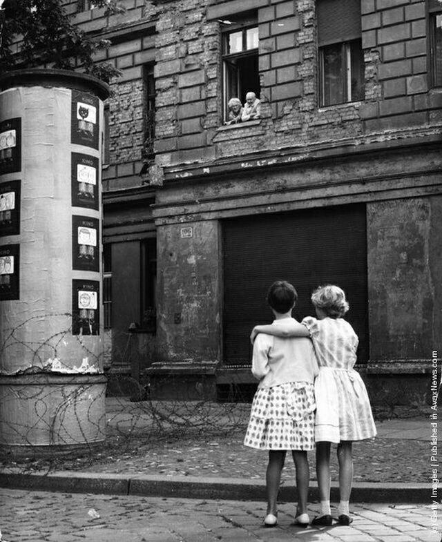 Сёстры общаются с бабушкой и дедушкой находясь в разных частях Берлина