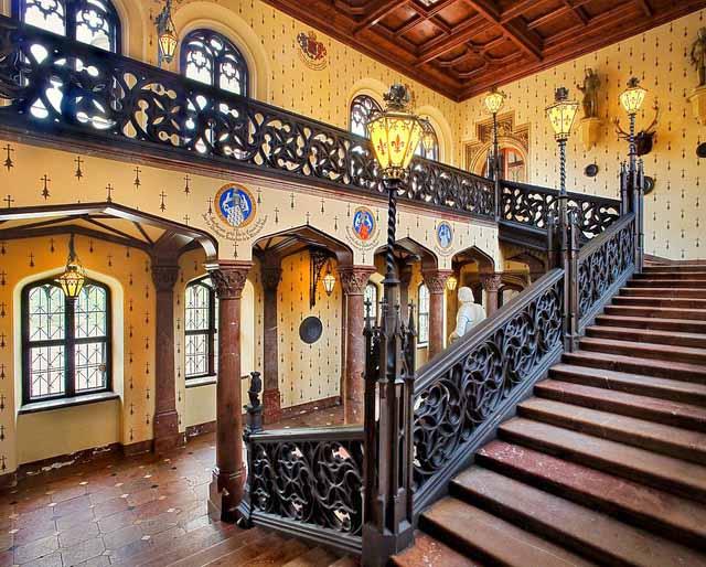 Вестибюль с лестницей