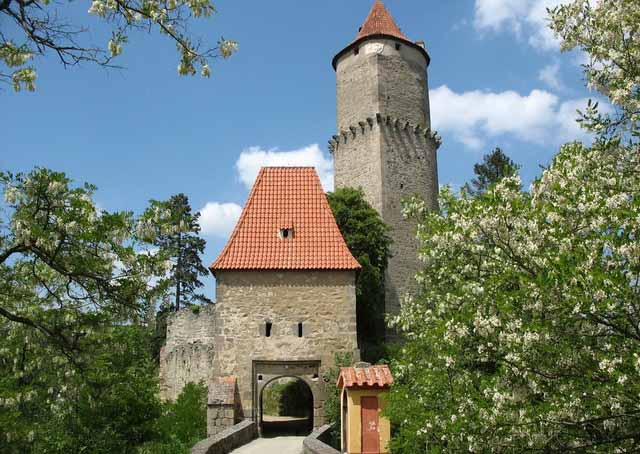 Вход в замок Звиков