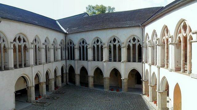 Внутренний двор замка Звиков