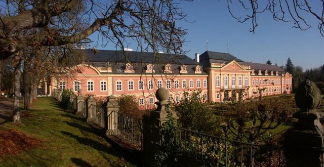Замок Добржиш осенью