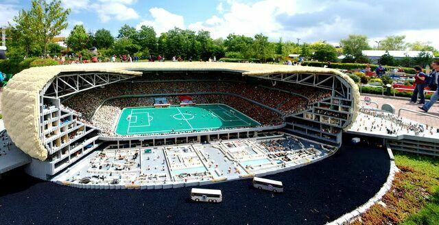 Мааленький футбольный стадион