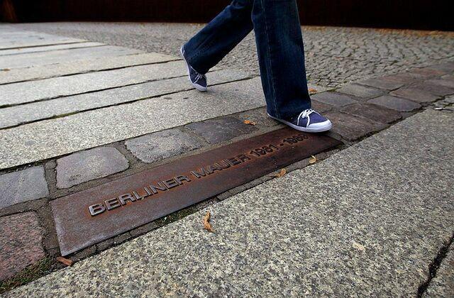Табличка на месте, где проходила Берлинская стена (Фото Thomas Peter Reuters)