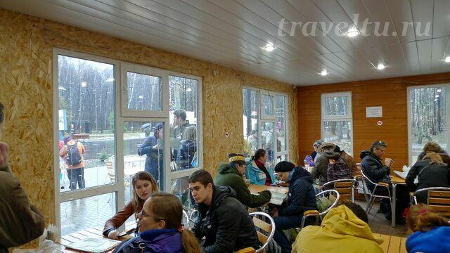 Счастливчики, успевшие занять место в кафе. Остальные составляют план маршрута под снегом и до