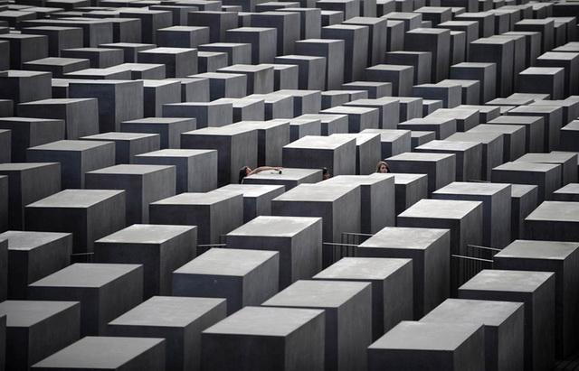 Мемориал жертвам холокоста летом