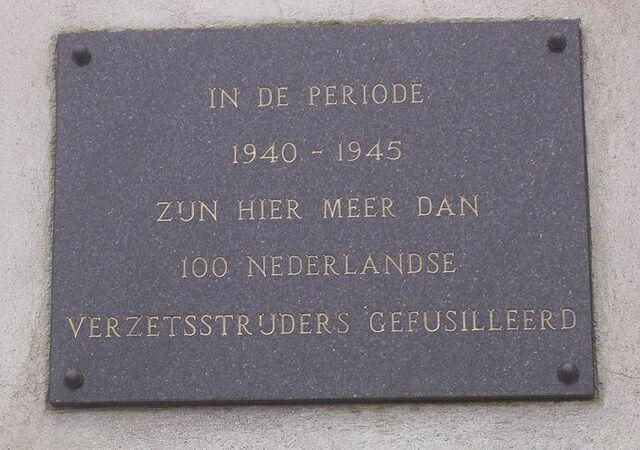 Мемориальная доска в честь более 100 бойцов Нидерландского сопротивления