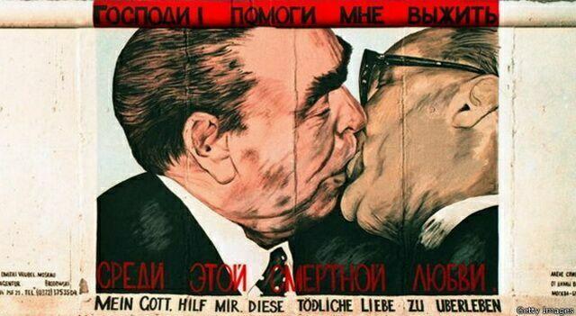 Поцелуй Брежнева и Хонеккера 1
