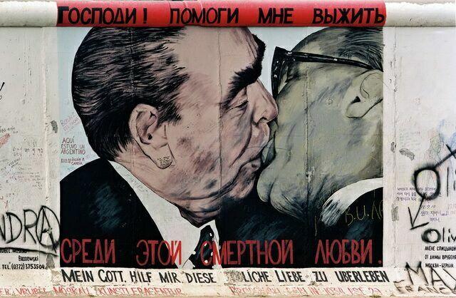 Поцелуй Брежнева и Хонеккера 2
