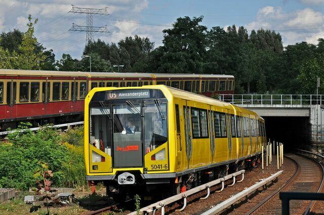 Встретились 2 поезда - метро и электричка