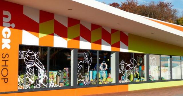 один из многочисленных сувенирных магазинов парка