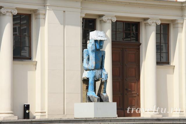 Скульптура перед входом в музей