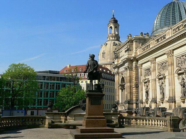 Памятник Готфриду Земперу у здания оперы