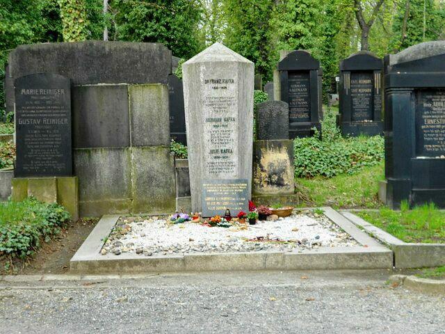 Памятник на могиле Ф. Кафки