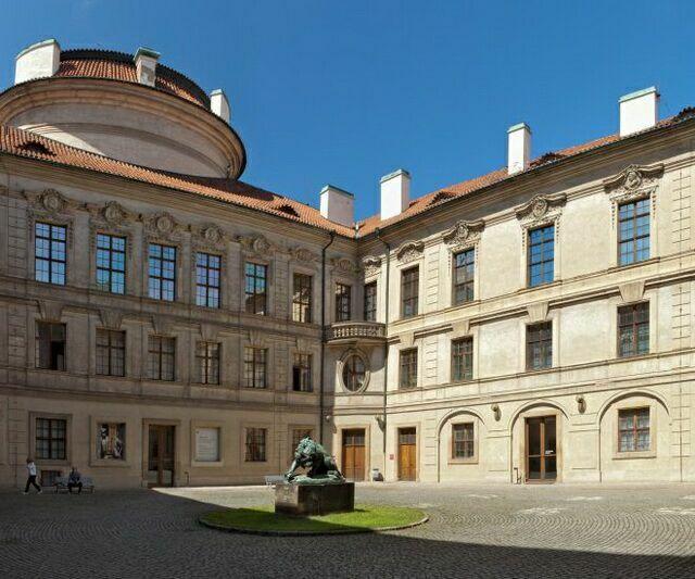 Штернбергский дворец двор