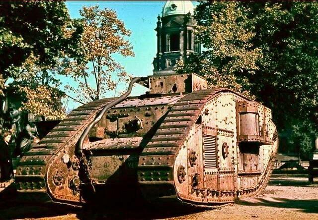 Старый английский танк MkV, выставленный у Берлинского кафедрального собора, 1942 г