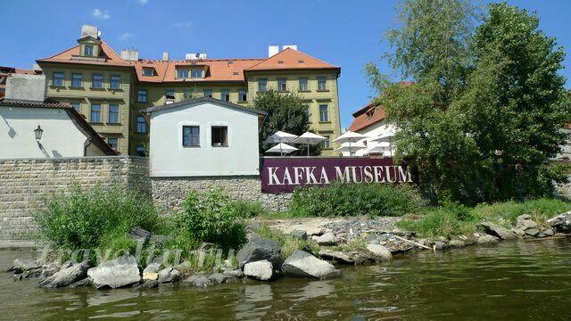 Вывеска музея видна с реки