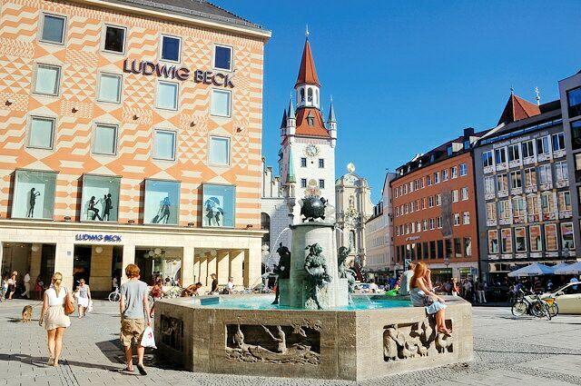 Рыбный фонтан и магазин Людвига Бека на заднем плане