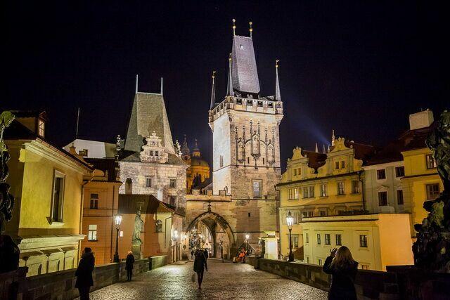 Малостранские мостовые башни ночью
