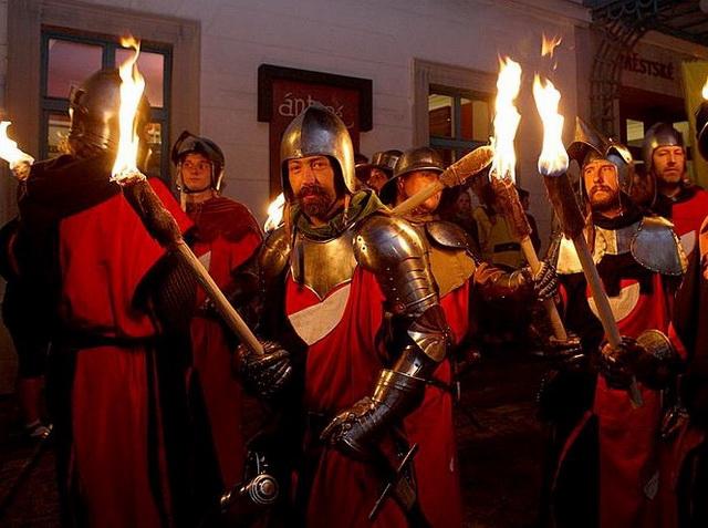 Ночное шествие с факелами