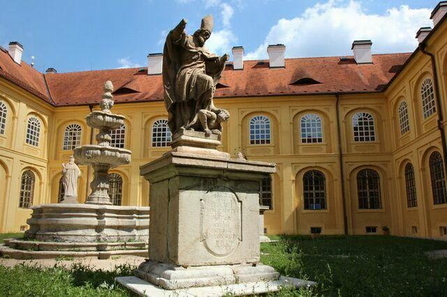 Монастырь Тепла двор