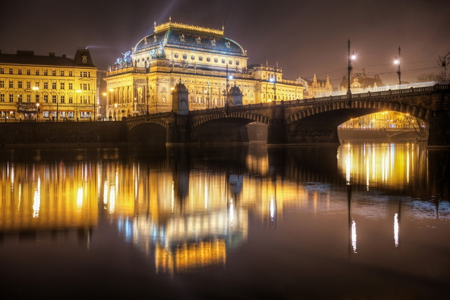 Национальный театр в Праге вечером