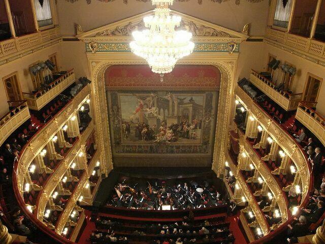 Национальный театр в Праге зал