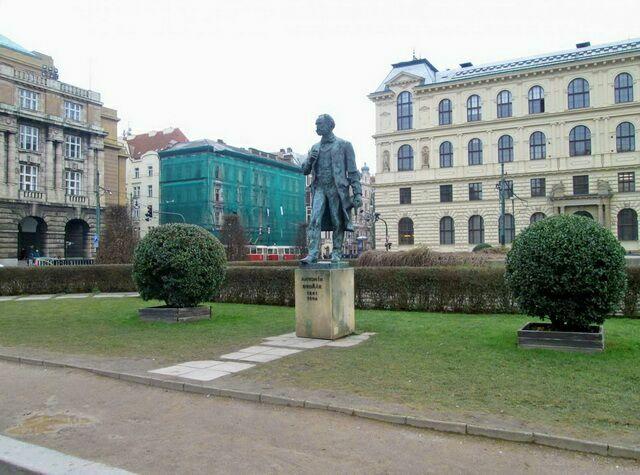 Памятник Дворжаку