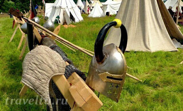 Шлемы на изгороди