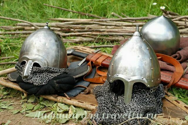 Шлемы на земле