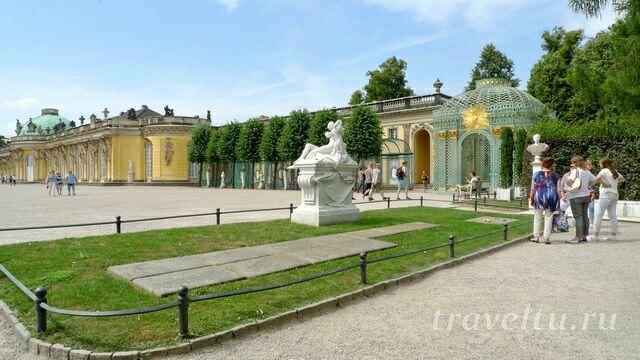 Могила Фридриха II в дальнем углу