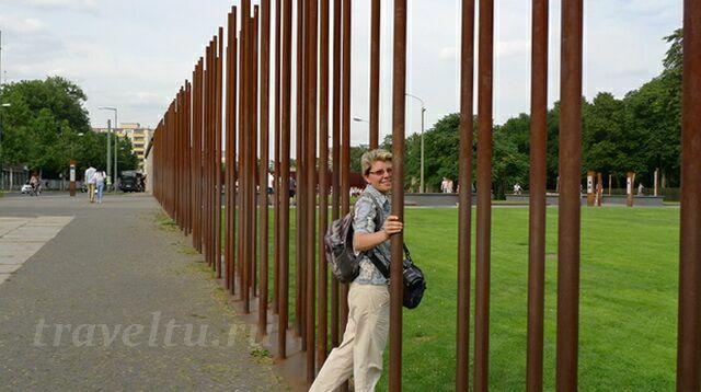 Войти на полосу можно через символическую стену