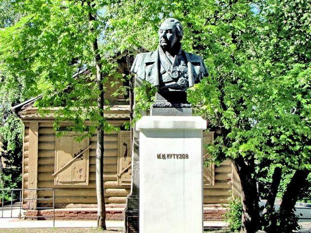 kutuzovskaya-izba-pamyatnik