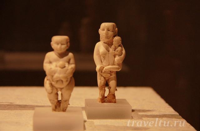 Фигурки женщин с детьми