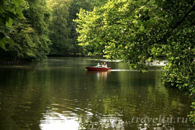 Прогулки на лодках по озеру