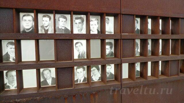 Стена памяти с портретами