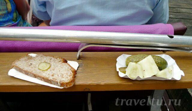 Огурчики и хлеб со шмальцем