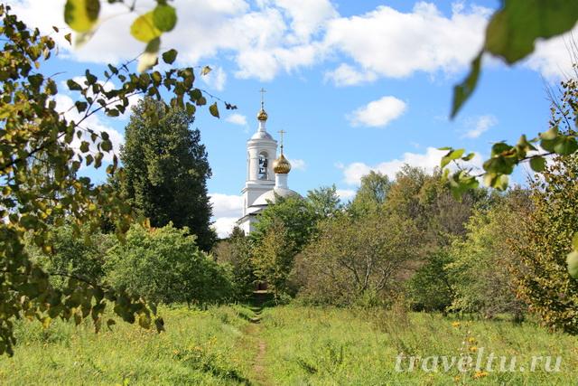 Храм Похвалы Пресвятой Богородицы со стороны реки