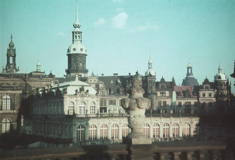Довоенный Дрезден. Вид на замок через Цвингер
