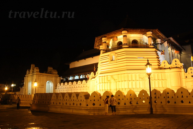 Храм зуба Будды ночью