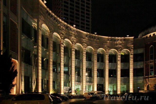 Здание с колоннадой