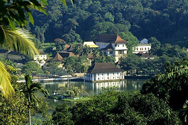 Озеро и храм Зуба Будды