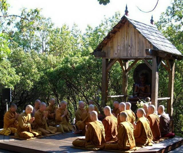 Abhayagiri монахи