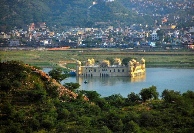 Джал-Махал в долине