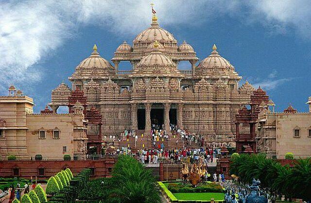 hram-akshardham-lyudi