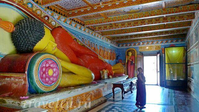 Исуруминия. Лежащий Будда и монах