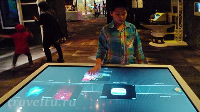 Мальчик у интерактивного стола