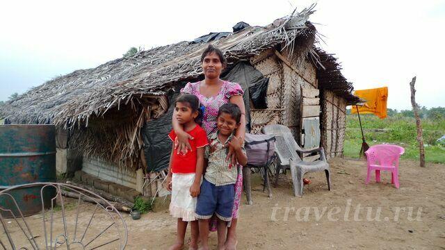 Мать и дети возле дома
