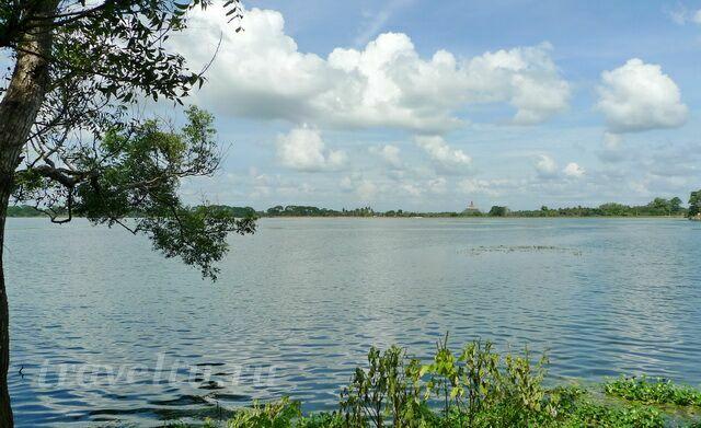 Старая дагоба на озере
