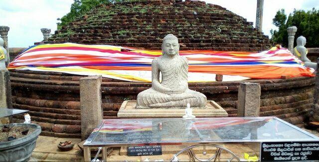 Тринкомали Нилавели Будда и ступа